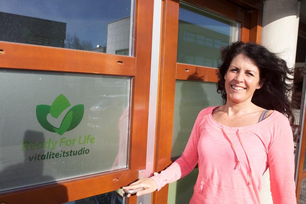 Foto Nicole voor de deur vitaliteitsstudio